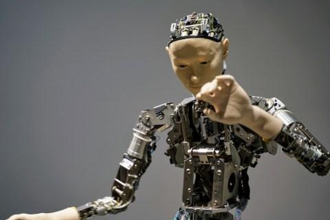maquinaria de un robot en la que se ve cubiertas unas parte con una cara y manos.