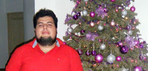 Junto al arbol de navidad.