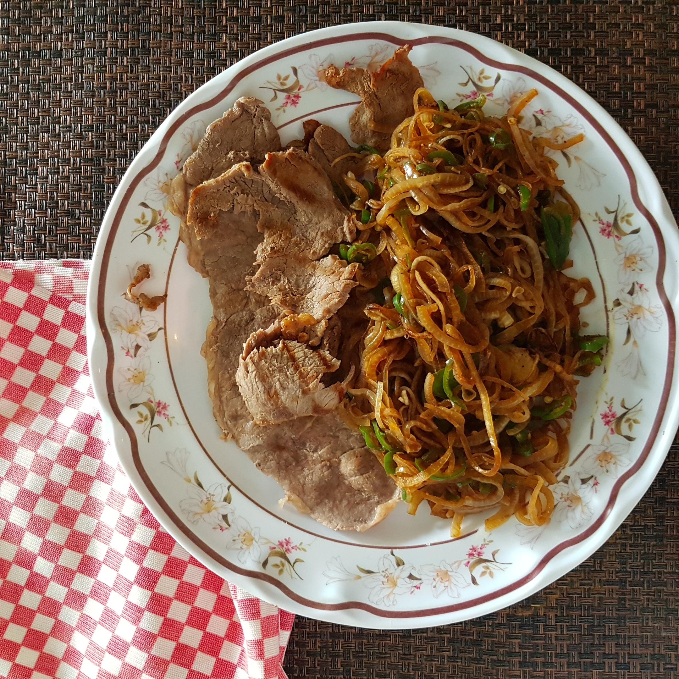 Bistec asado con cebolla y chile