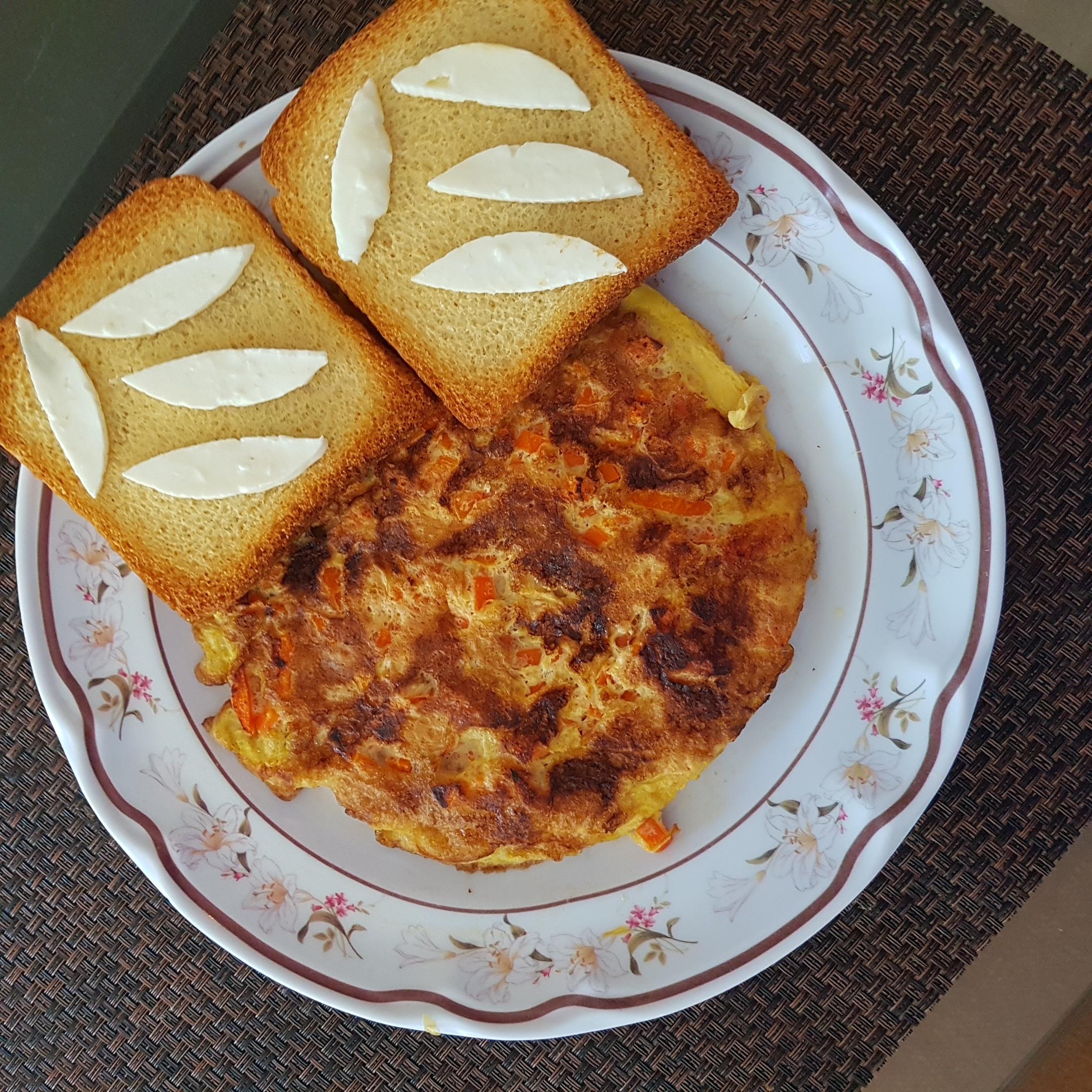 Huevo con zanahoria y pan tostado con queso