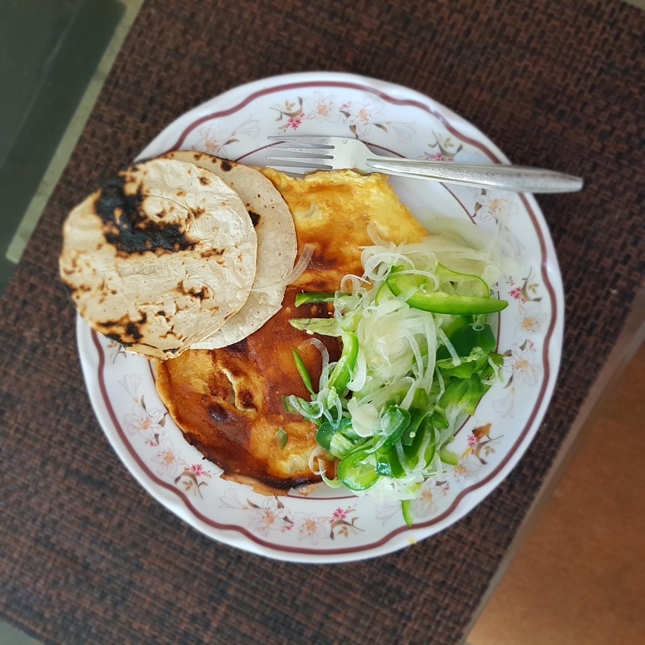 Huevos con cebolla y chile
