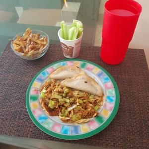 Pechuga de pollo asada con apio, quesadillas, papas y pepino