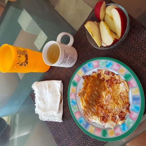 Claras de huevo con queso, salsa tortillas y manzana