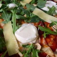 Pizza vegetariana casera, sabor italiano en forma de pizza.