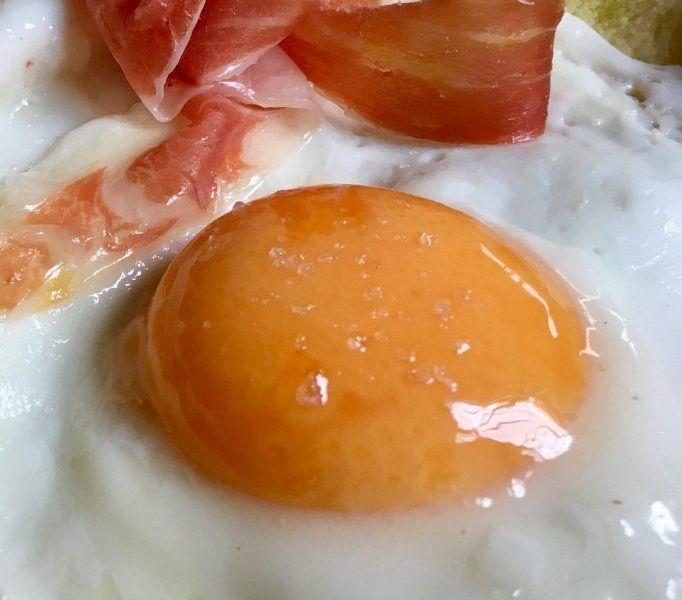 huevo con patatas y jamón