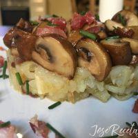 Timbal de setas con base de patatas y cebolla. Un plato de Otoño.