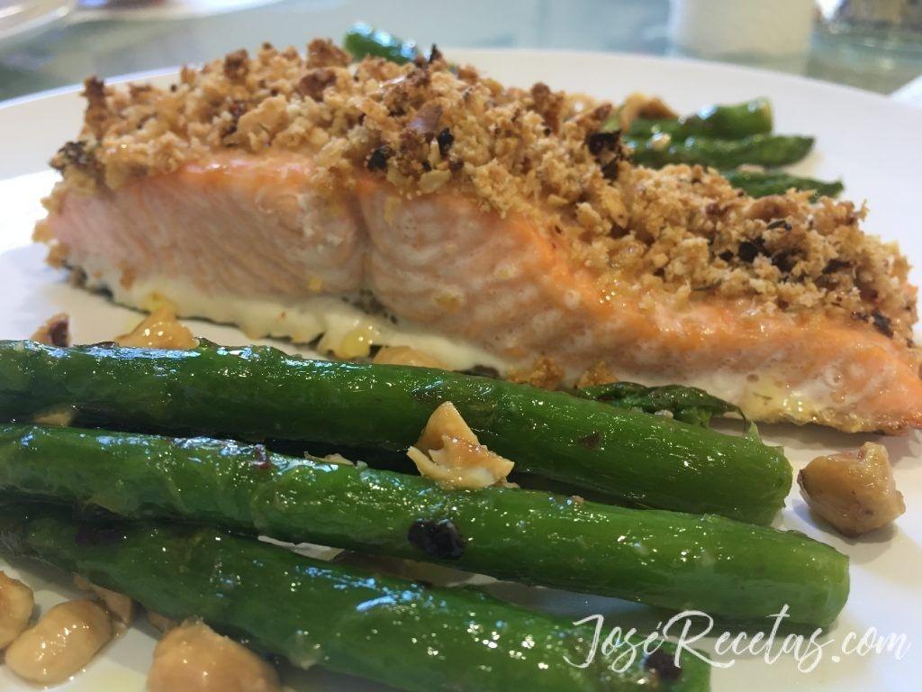 receta de salmón con costra de avellanas