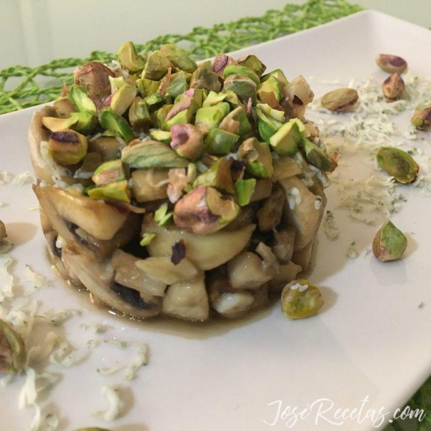 timbal de setas con pistachos y queso azul danés