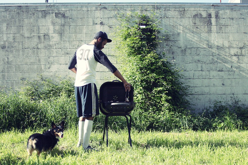 A black grill, dog, shorts, sleeves and hombre.