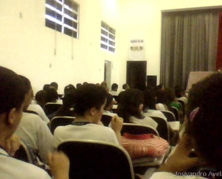 Alunos aguardando o início da palestra.