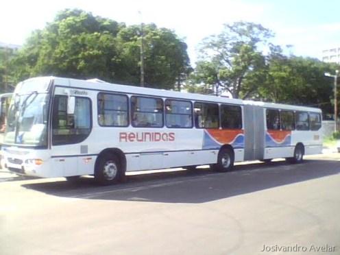 O tamanho total do ônibus chega a 18 metros de altura.