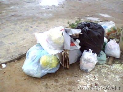 Um ponto do bairro na manhã de ontem. E o lixo continua no mesmo lugar.