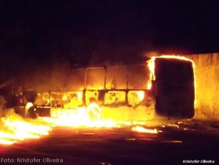 Momento em que o ônibus era consumido pelas chamas.