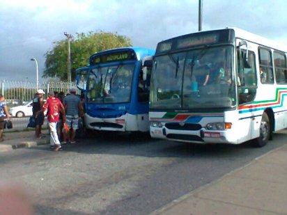 Cenas comuns de se ver na Integração: ônibus obstruindo a passagem nas plataformas. Foto de 2012.