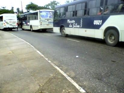 Na foto de 2011, os dois veículos faziam linhas que paravam na mesma parada da Integração.