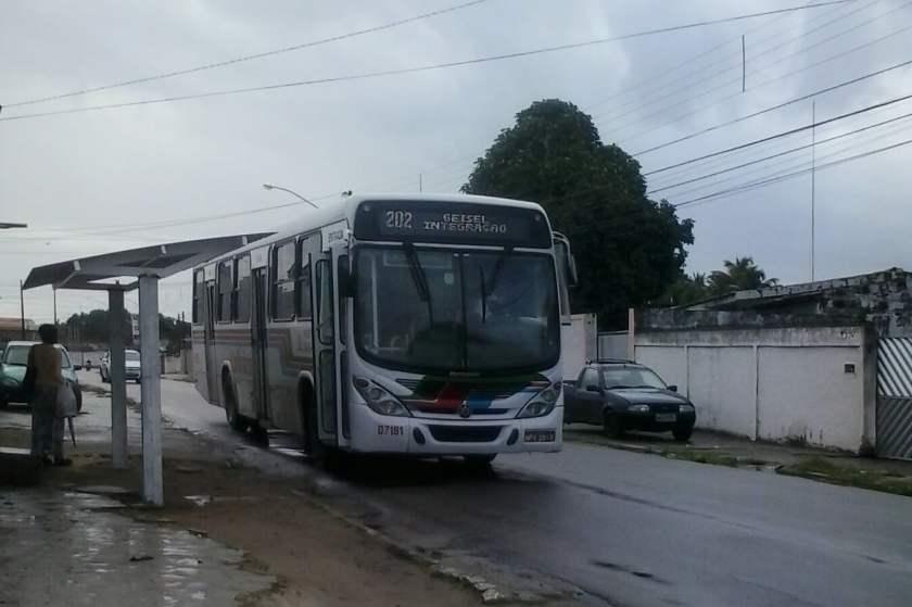 A mesma parada acima em uso por um ônibus.