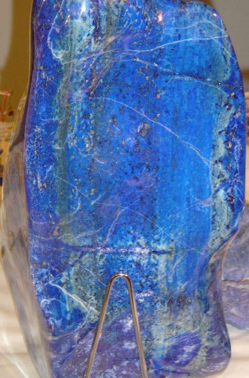 Pedra de Lápis-lazuli. A origem do nome do azul, representando todos os azuis. Fim da descrição.