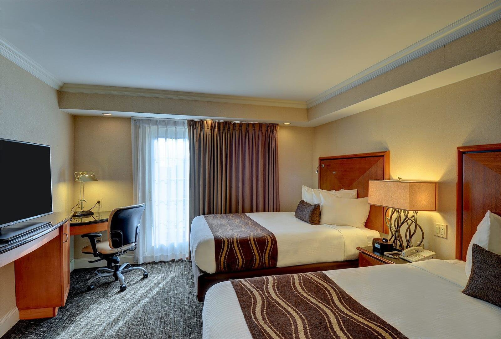 Best Luxurious 2 Bedroom Queen Suite With Balcony Or Patio With Pictures