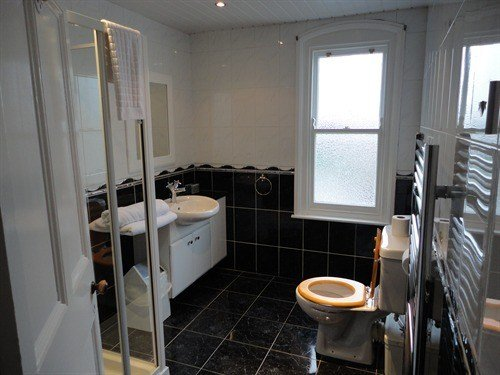 Best 4 Bed House Share To Rent St Leonards Gardens Hounslow With Pictures