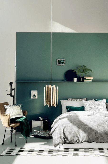 Best Going Green Feature Wall Chambres Parentales Bedroom With Pictures