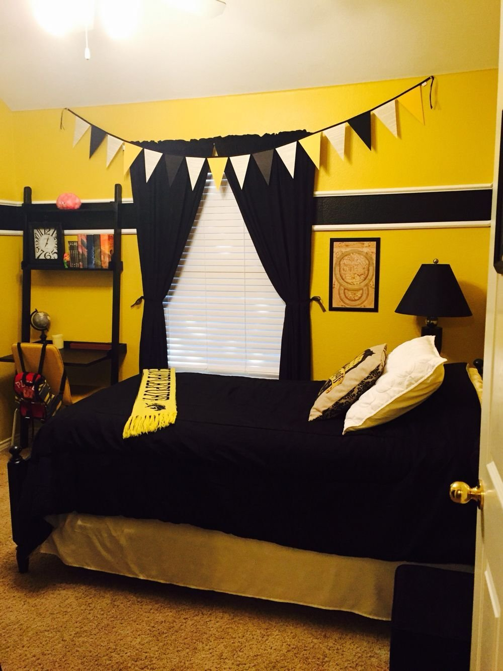 Best Harry Potter Hufflepuff Bedroom Bedroom Decor In 2019 With Pictures