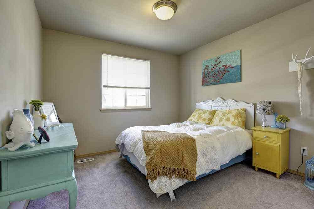 Best How To Arrange Bedroom Furniture Apartmentguide With Pictures