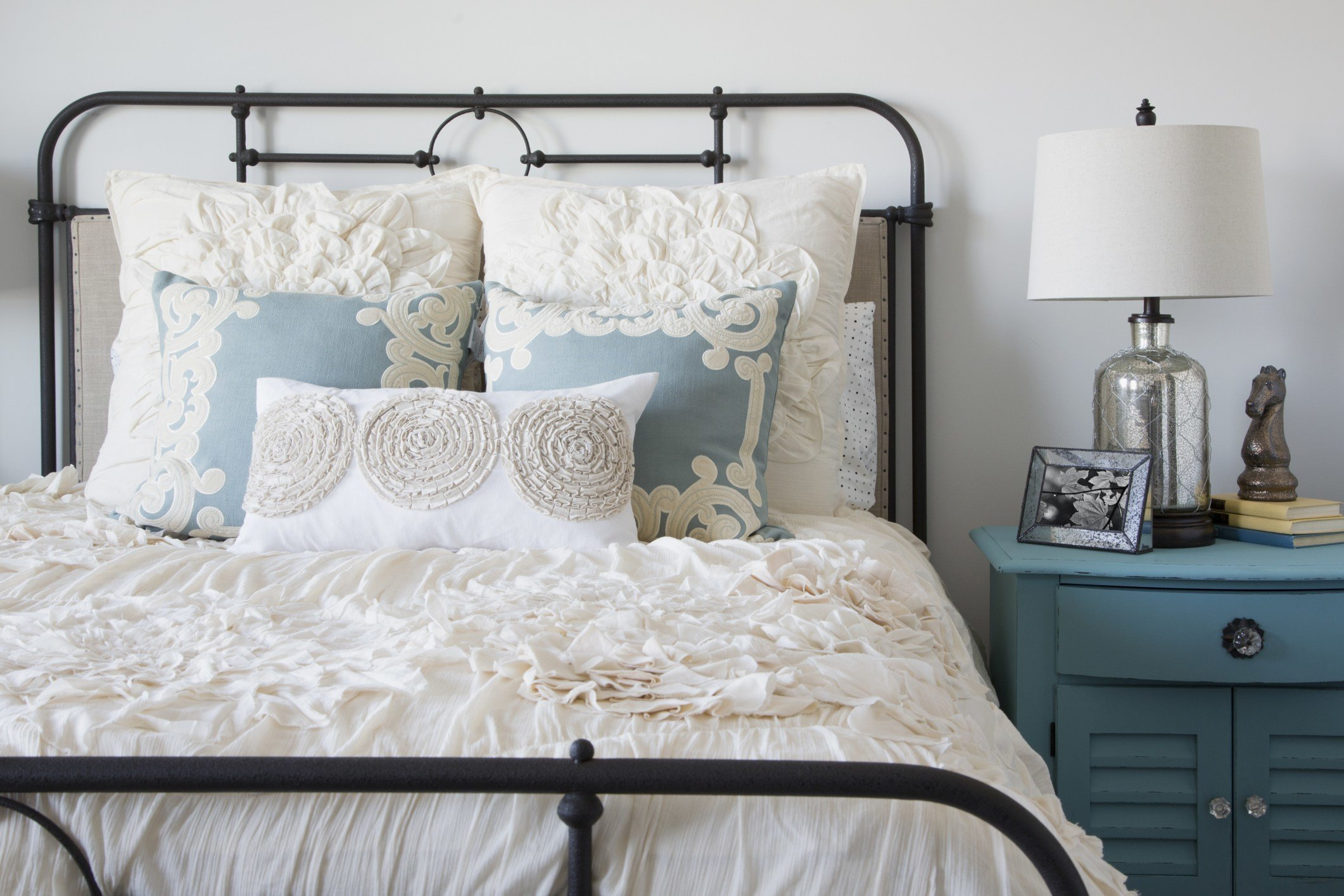 Best Guest Bedroom Decorating Ideas Tips For Decorating A With Pictures