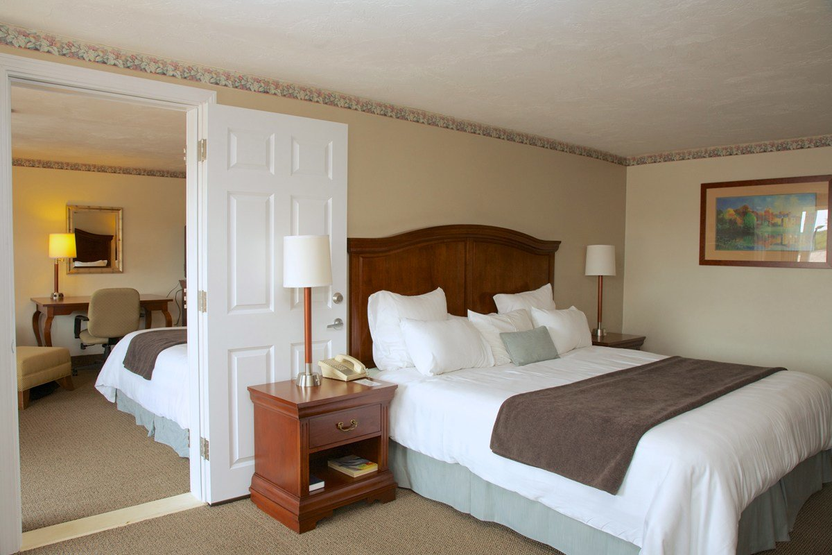 Best 2 Bedroom Suite Holiday Hill Inn And Suites With Pictures