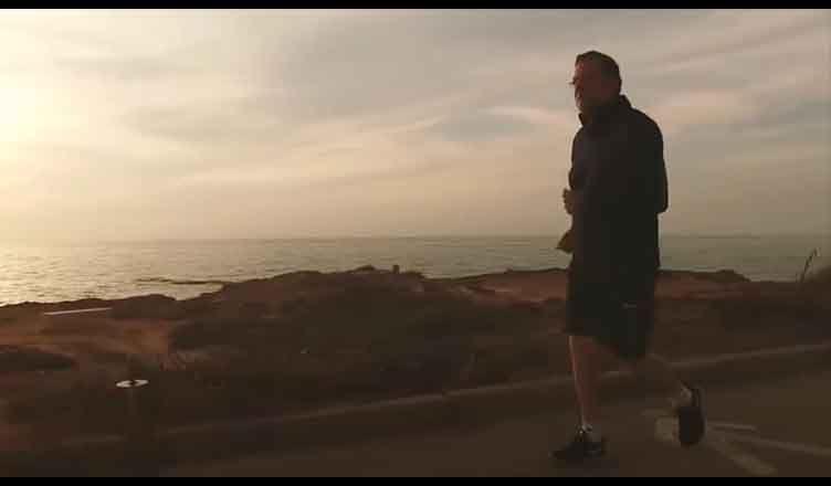 Mariano Rajoy corriendo por la playa