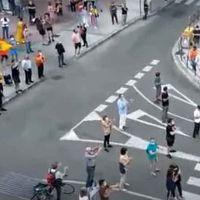 John Lennon VS el himno de España. La policía interviene para que un grupo de ultras no interrumpa las reivindicaciones pro sanidad pública