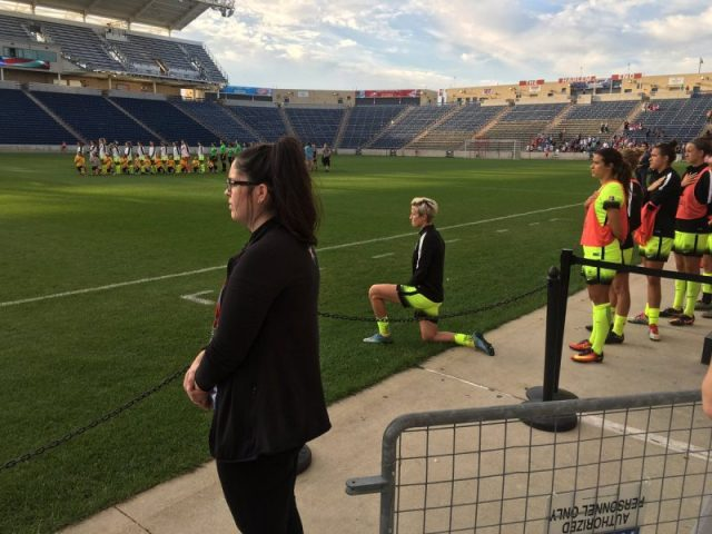 Megan Rapinoe kneeling, from Twitter user @GBpackfan32.