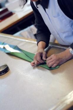 Cravate sur-mesure_6_Couture de la triplure sur la soie