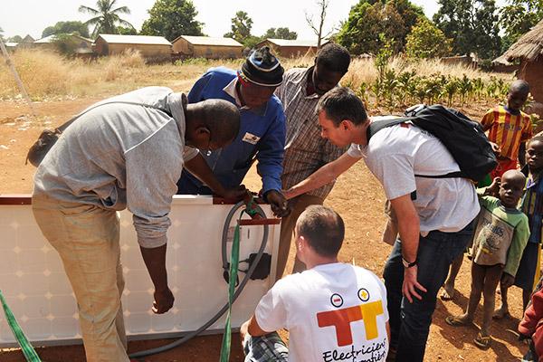 Installation d'un panneau photovoltaïque au village de Wansokou grâce à un projet d'Electriciens sans frontières et ABS ON G©K.Sabi/ccas
