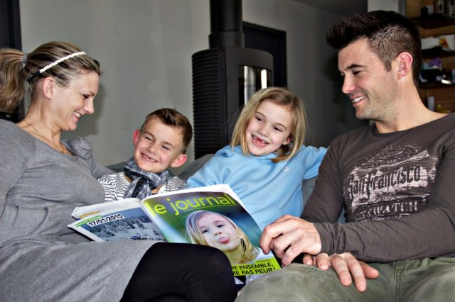 Juliette Chague, 6 ans, et sa famille, tiennent le Journal sur lequel apparaît la petite fille©ccas
