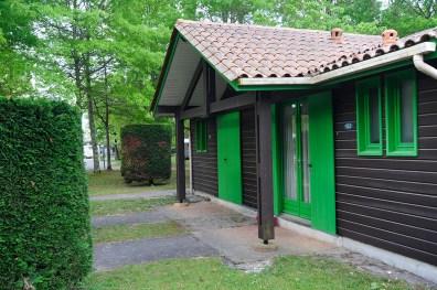 Le site propose différents types d'hébergements : des verts...