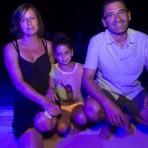La famille Koulakian, après le spectacle, devant la piscine©E.Raz/ccas