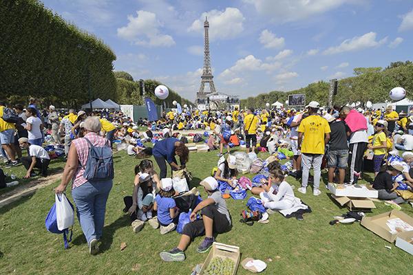 Pique-nique sur le Champs-de-Mars à l'occasion de la Journée mondiale des oubliés des vacances ©D.Delaine/ccas