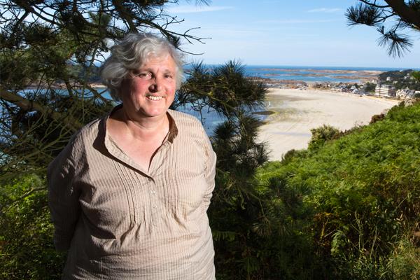 Odile Guérin, géologue et élue à la mairie de Trébeurden, opposante au projet d'extraction de sable dans la baie de Lannion? Trébeurden, la vue à la pointe de Bihit vers l'ïle Milliau ©C.Crié/ccas