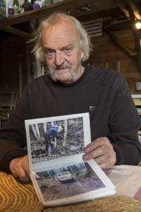 Parmi les dizaines d'albums de photographies du chantier, celles du début de chantier lors de la coupe du bois de châtaigniers et la réalisation de la structure de la maison © Eric Raz/ccas