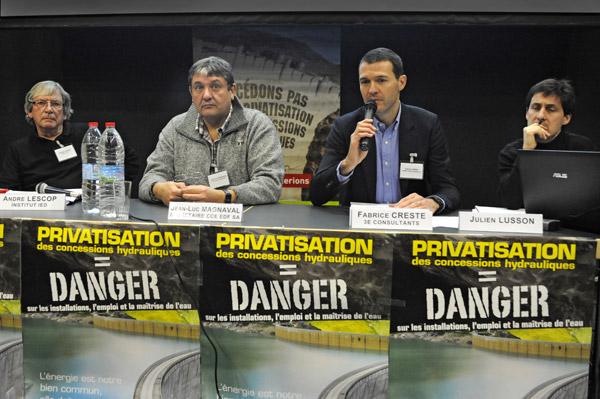 Conférence de Presse contre la privatisation des barrages hydroélectriques, le 3 décembre 2015. De g.à d. : © J. Marando/CCAS