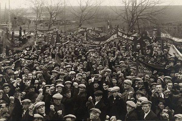 Front Populaire : Un rassemblement en milieu rural. Les manifestants lèvent le poing et portent des banderoles © Droits réservés - Mémoires d'Humanité / Archives départementales de la Seine-Saint-Denis