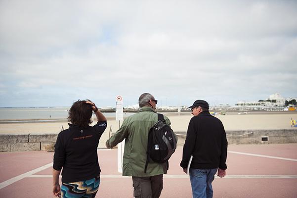 Robert Brazille, guide autodidacte de Royan, faisant la visite à Sylvie et Patrick©S.LeClezio/ccas