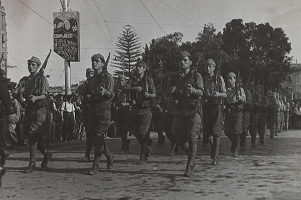 Défilé des nationalistes à Valence (Espagne) [1936-1939]. (Mémoires d'Humanité / Archives départementales de la Seine-Saint-Denis)