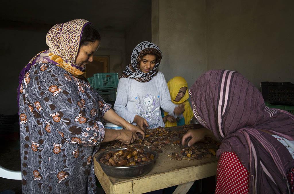 Séjour solidaire en Tunisie pour des agents des IEG organisé par la CCAS et l'AFASPA. Rencontre avec des femmes trieuses de dattes dans un atelier. ©G.Bartoli/CCAS