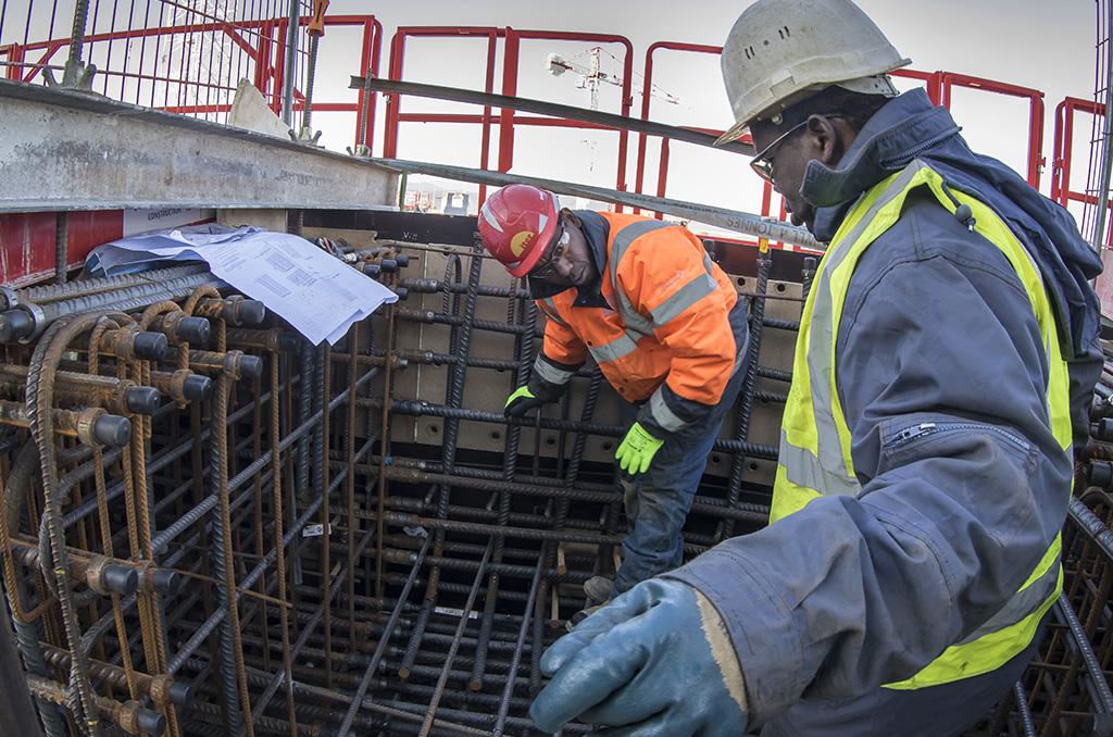 Grosso modo, 1 500 ouvriers, techniciens, ingénieurs sont mobilisés par l'ensemble du chantier. Le ferraillage du béton atteint dans certaines zones des densités exceptionnelles. Alors que l'on compte en moyenne 200 à 250 kg d'acier par m3 de béton armé, on atteint dans certaines zones particulièrement stratégiques 600, voire 750 kg acier/m3. ©E.Raz/CCAS