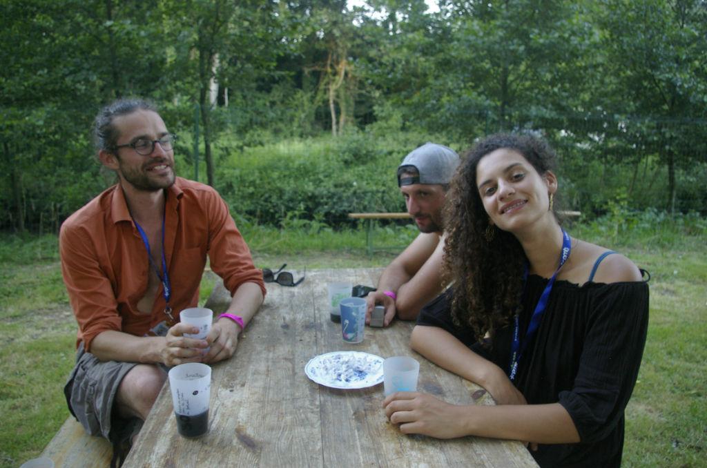 Le duo So Lune, composé de Joseph et Romane (à g.), accompagnés de leur ingénieur son (à dr.). ©Mathilde Normand/CCAS