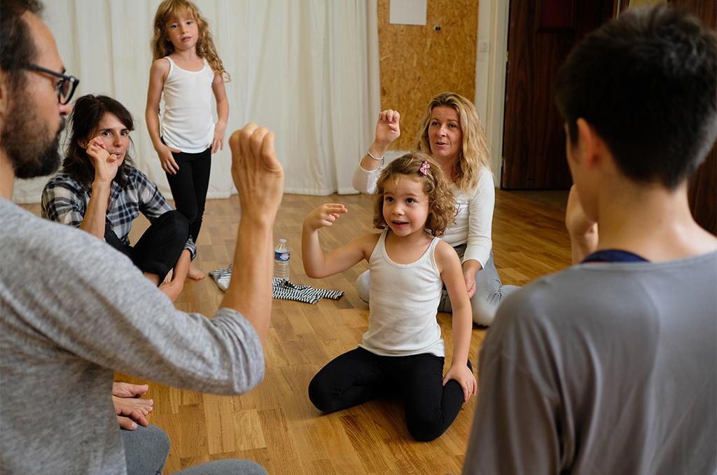 Démonstration de langue des signes française (LSF) lors d'un atelier de l'association Micadanses, à Paris, le 6 octobre 2018. ©Charles Crié/CCAS