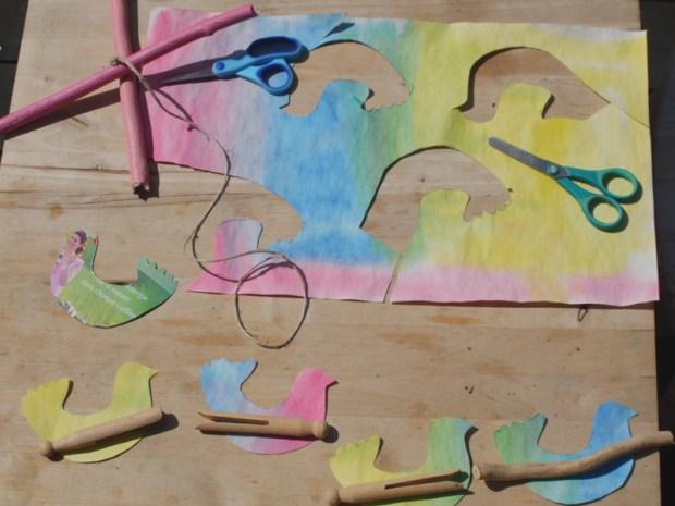 détourer le modèle, découper, faire le trou ds les bois, couper la ficelle...les épingle à linge c'est pour le vent....