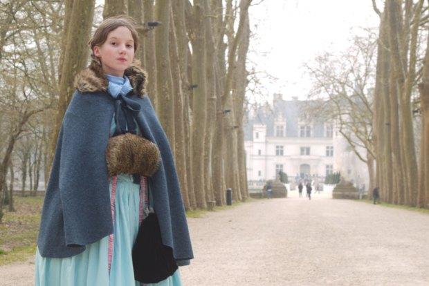 Adèle avec sa cape et son manchon qu'elle a cousue elle même