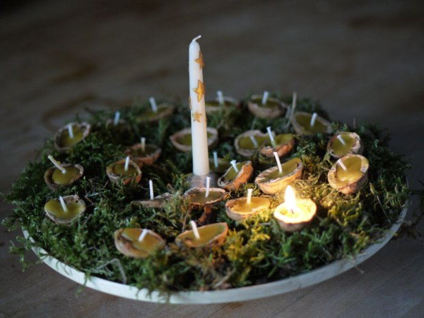 La noix du 1er décembre est allumée et éclaire notre table du petit déjeuner. Veillez à éteindre la noix avant qu'elle ne brûle